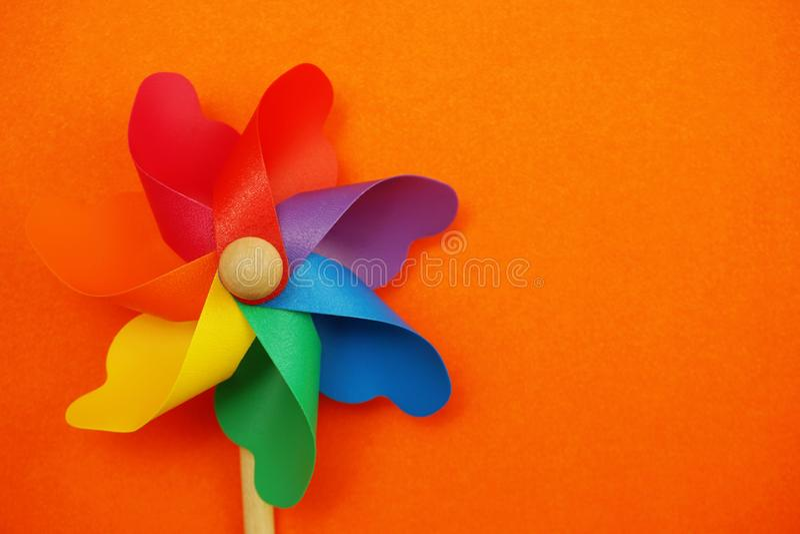 Красочный pinwheel с экземпляром космоса изолированным на оранжевой предпосылке стоковые изображения