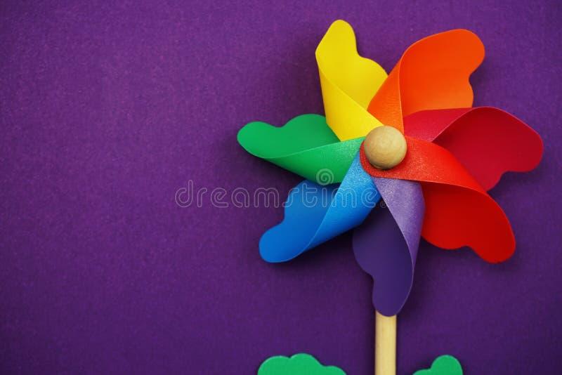 Красочный pinwheel с экземпляром космоса изолированным на пурпурной предпосылке стоковые фотографии rf
