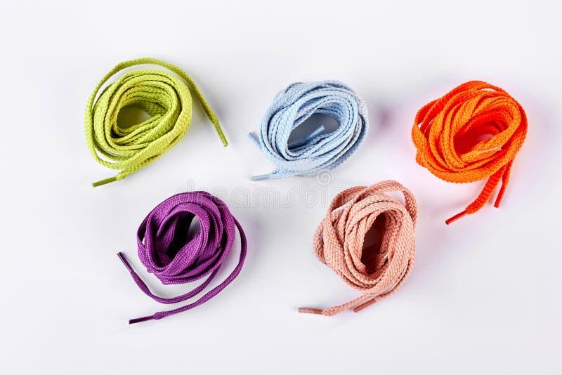 5 красочных круглых шнурков ботинка стоковые фото