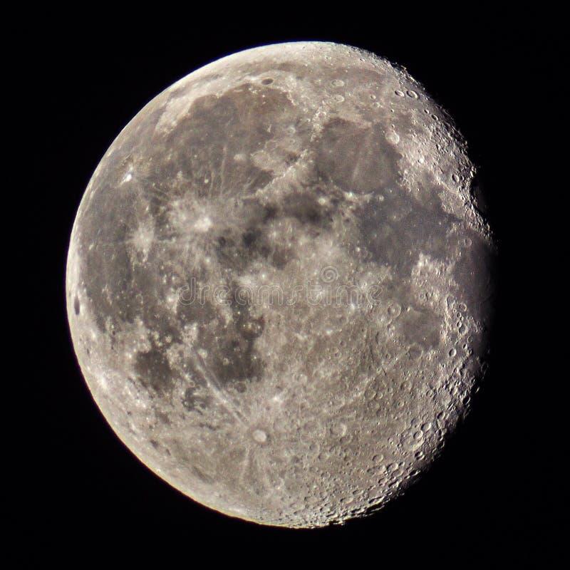 Кратеры и детали луны наблюдающ версией цвета стоковые изображения rf