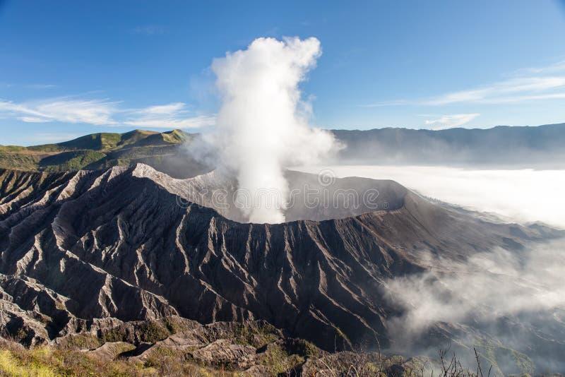 Кратер вулкана Bromo на восходе солнца в тумане утра стоковая фотография