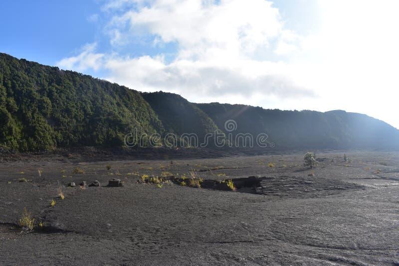 Кратер дремлющего вулкана заполненный внутри с утесом с гребнем и дождевым лесом окружая его стоковое фото