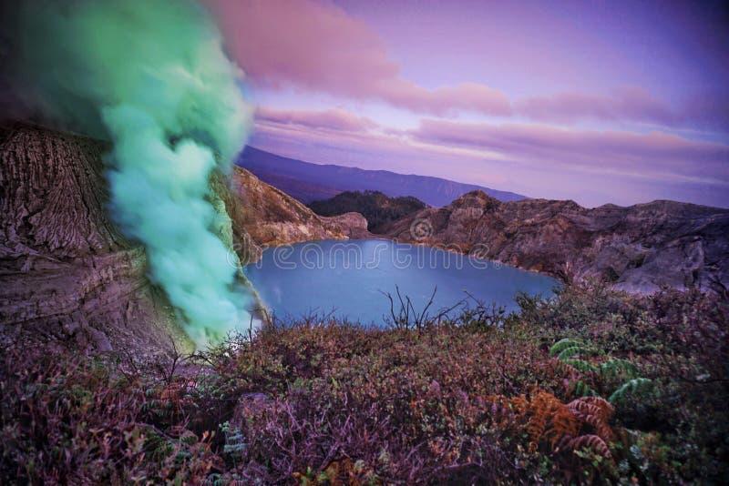 кратер ijen стоковые фото