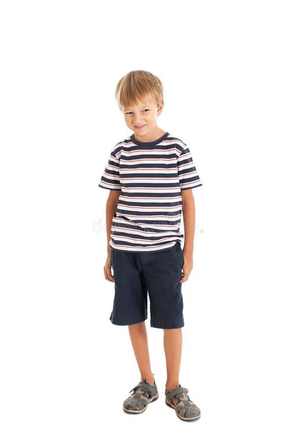 Краткости мальчика нося и striped тенниска стоковая фотография