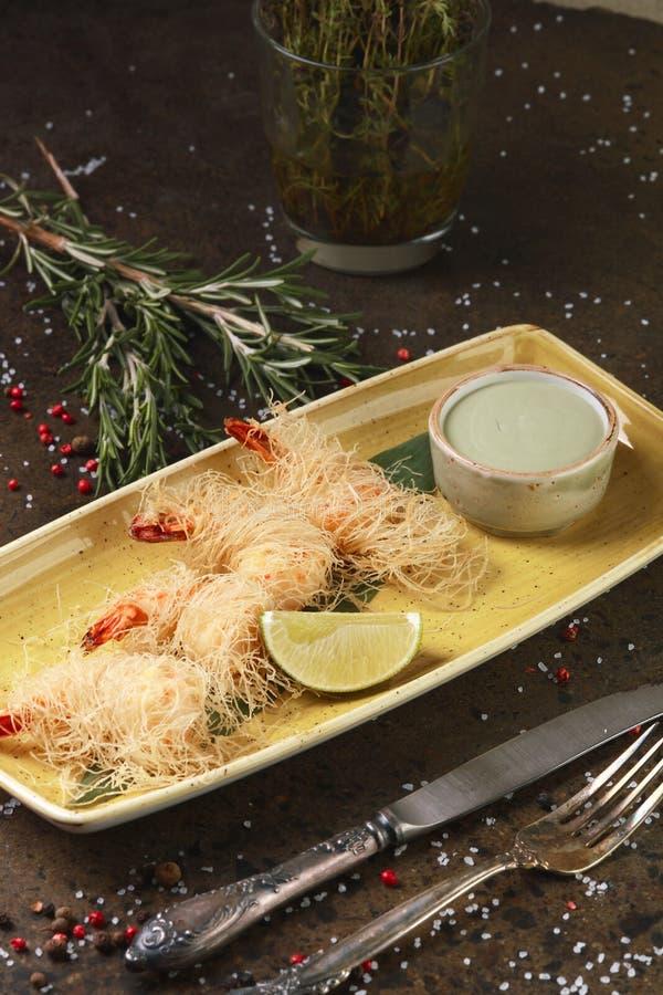 Креветка в бэттере с лимоном и соусом стоковое изображение