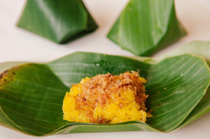 Креветка и кокос клока на желтом липком рисе, традиционных тайских местных десертах стоковые фото