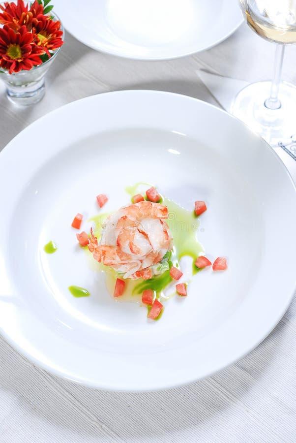 Креветка на белой плите с вином стоковые фотографии rf