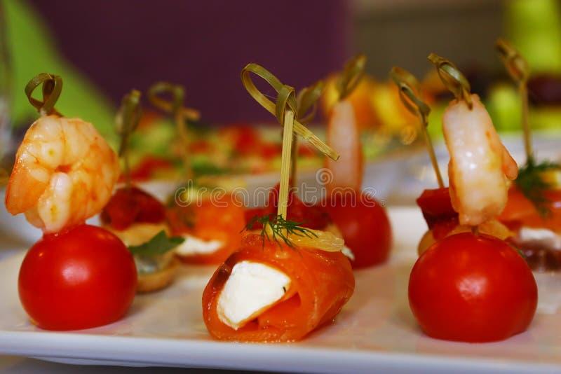 Креветка с томатом вишни на ручке s стоковые фотографии rf