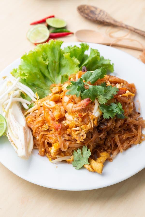 Креветка 'Pad Thai', одна из знаменитых блюд Таиланда стоковые изображения