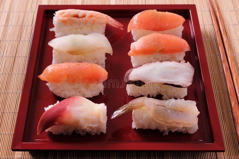 Креветки выбора суш палочки плиты различной salmon красные закрывают вверх стоковые фотографии rf