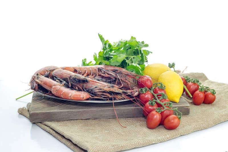 Креветки и овощи на белой предпосылке стоковые фотографии rf