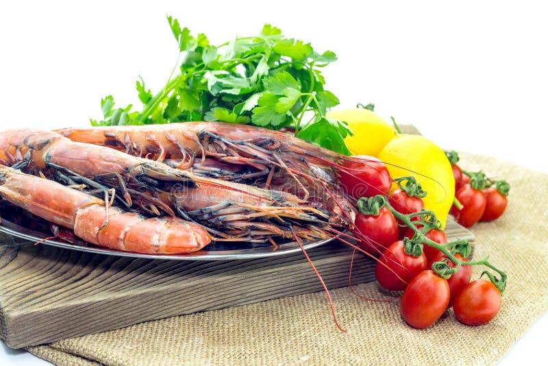 Креветки и овощи на белой предпосылке стоковые изображения