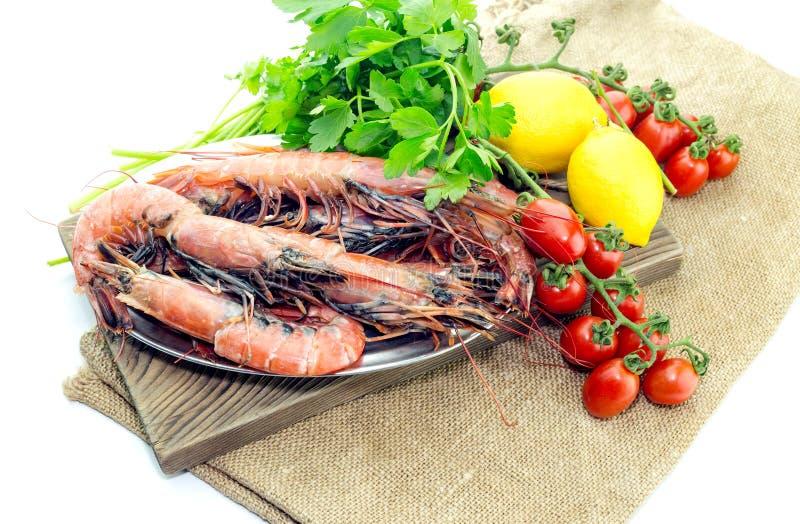 Креветки и овощи на белой предпосылке стоковое фото
