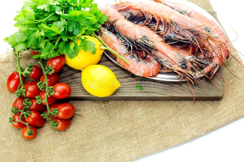 Креветки и овощи на белой предпосылке стоковое изображение