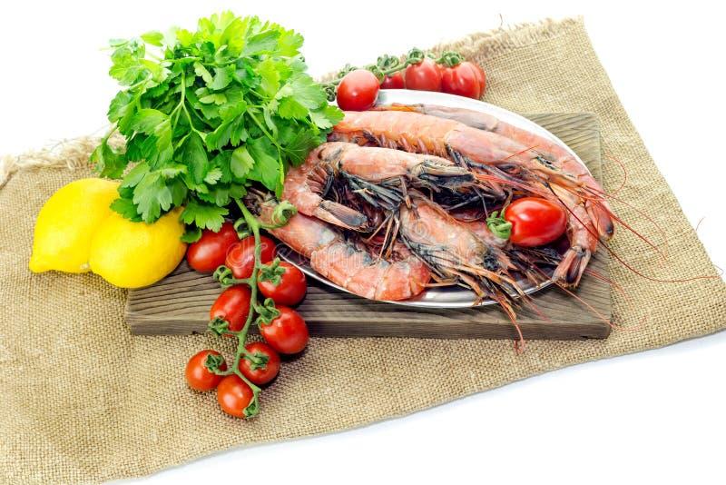 Креветки и овощи на белой предпосылке стоковые фото