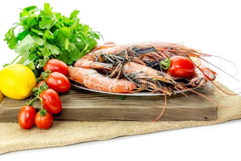 Креветки и овощи на белой предпосылке стоковая фотография rf