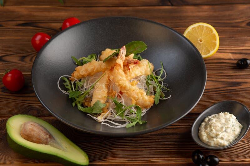 Креветки тэмпуры с соусом тартара на деревянной предпосылке стоковые фотографии rf