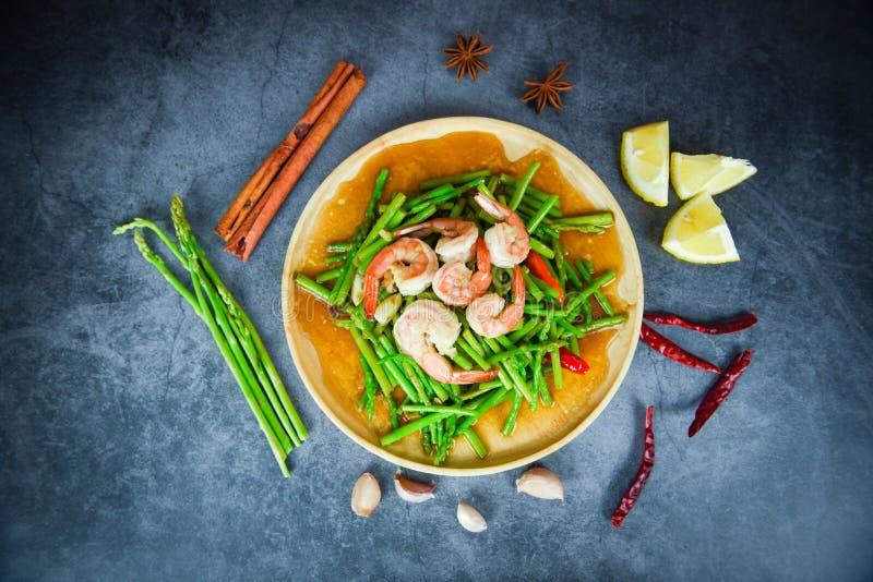 Креветочная креветка спаржи готовит еду на деревянной тарелке и специи к траве свежие спаржи на обеденном столе стоковое изображение rf