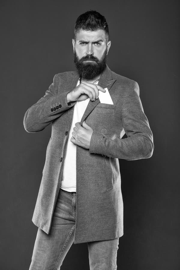 Кредитная карточка дает вам свободу и доверие Владением хипстера человека карта бородатым пластиковая пустая E стоковое фото rf