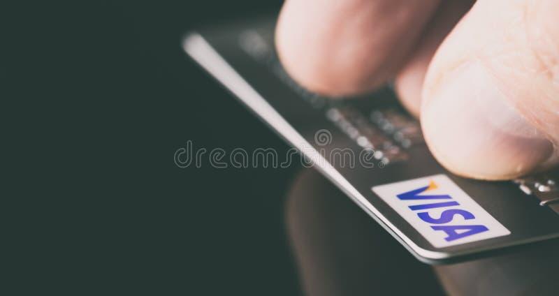 Кредитная карточка visa в руке стоковая фотография rf