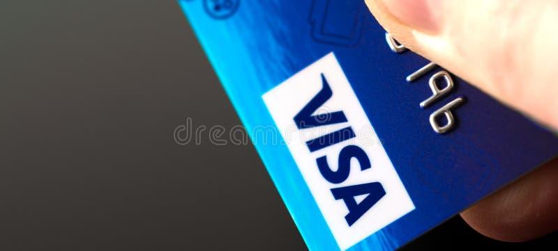 Кредитная карточка visa в руке стоковые фото