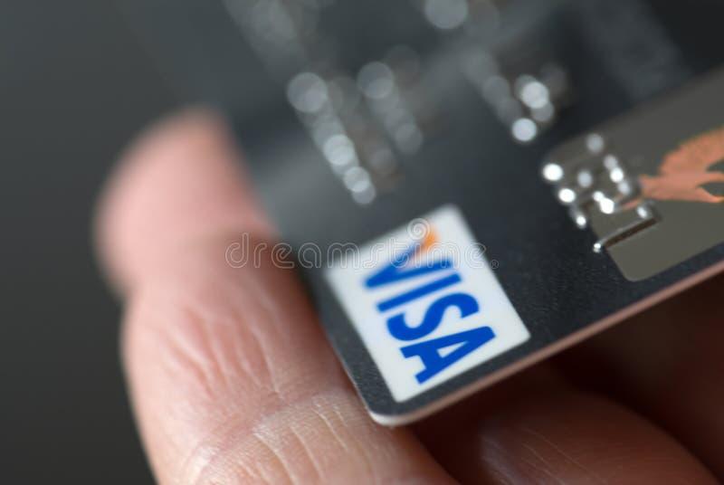 Кредитная карточка visa в руке стоковые изображения rf
