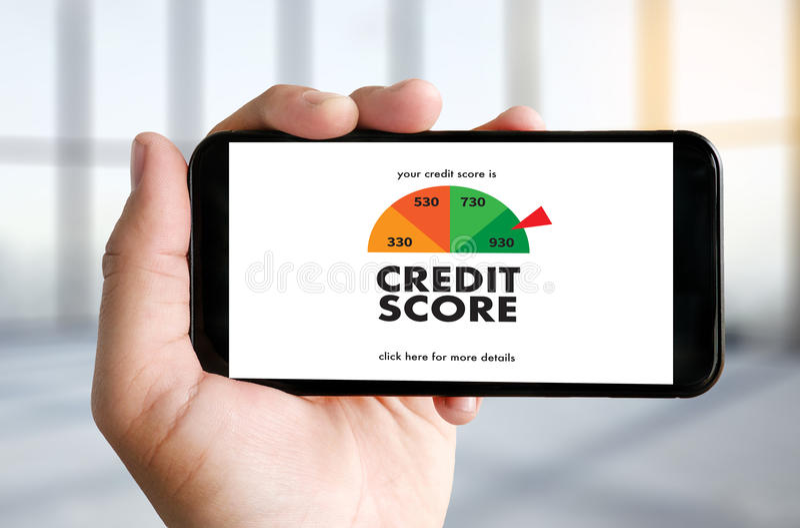 КРЕДИТНЫЙ РЕЙТИНГ (бизнесмен проверяя кредитный рейтинг онлайн и Finan стоковая фотография