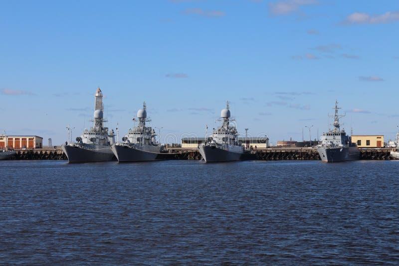 Крейсеры сражения в гавани Kronstadt стоковая фотография rf