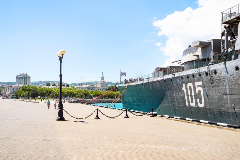 Крейсер Mikhail Kutuzov корабля и город Novorossiysk стоковые изображения rf