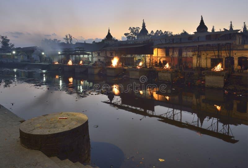 Кремация Непала к ноча, Катманду стоковая фотография