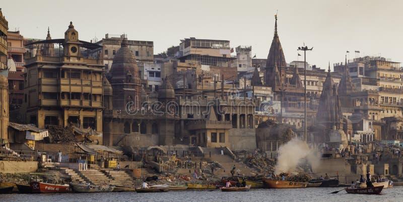 Кремация случается на реке Ganga стоковое фото