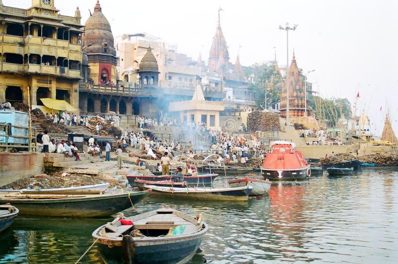Кремация Ghat Varanasi, Индия стоковое фото rf
