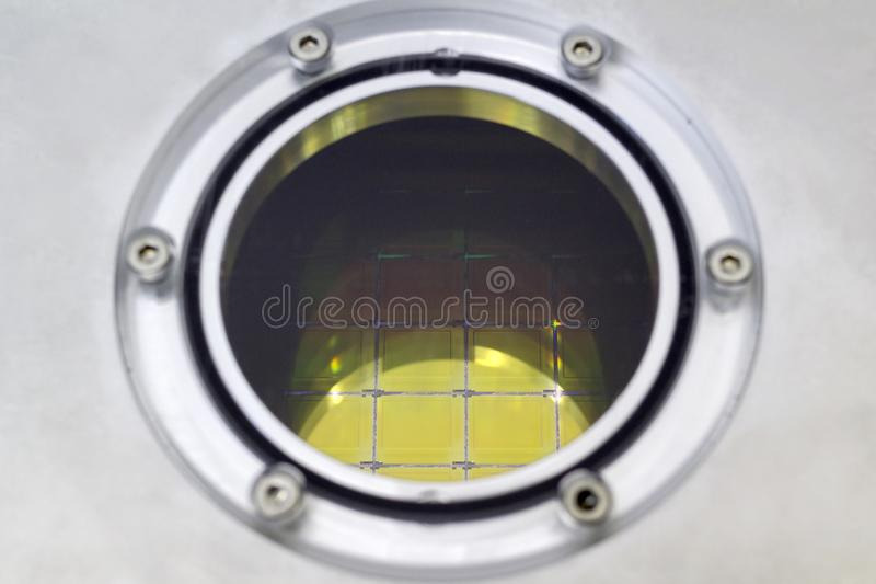 Кремниевые пластины с микросхемами внутри ящика для хранения, конца вверх по - вафля тонкий кусок материала полупроводника, как a стоковое фото