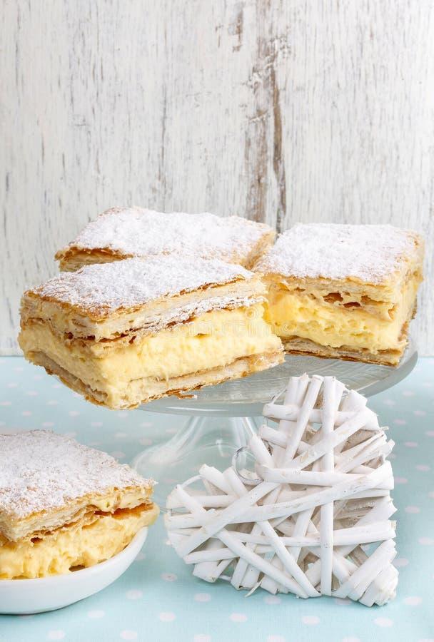 Кремовый пирог сделанный 2 слоев печенья слойки, заполненных с взбитый стоковое изображение