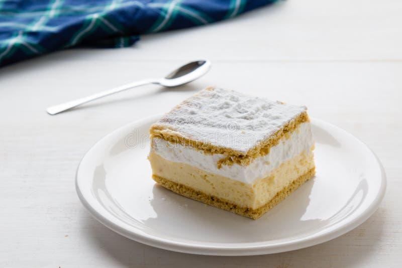 Кремовый пирог с слоями печенья слойки стоковое изображение rf