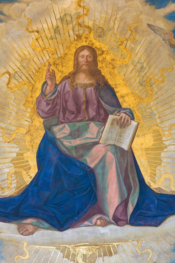 КРЕМОНА, ИТАЛИЯ, 2016: Фреска спасителя в главной апсиде в соборе предположения благословленной девой марии стоковые изображения