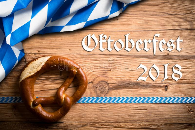 Крендель с баварским украшением и ` Oktoberfest ` сообщения 2018 стоковое изображение rf