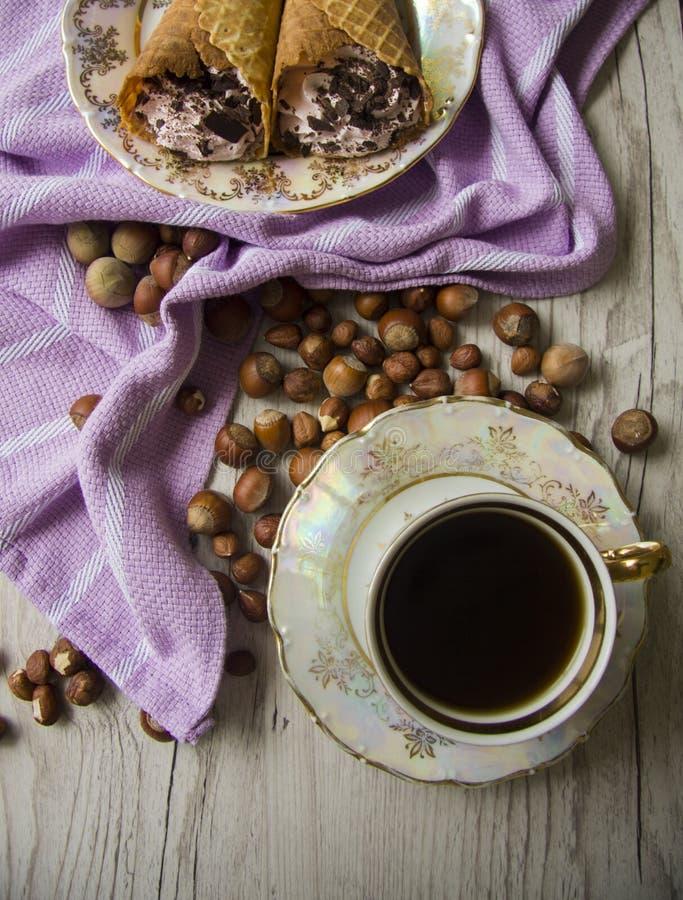 Крены и фундуки Waffle с кофе стоковое изображение