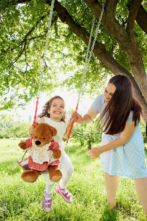 Крены мамы на ` s ребенка отбрасывают в парке в лете стоковые изображения rf
