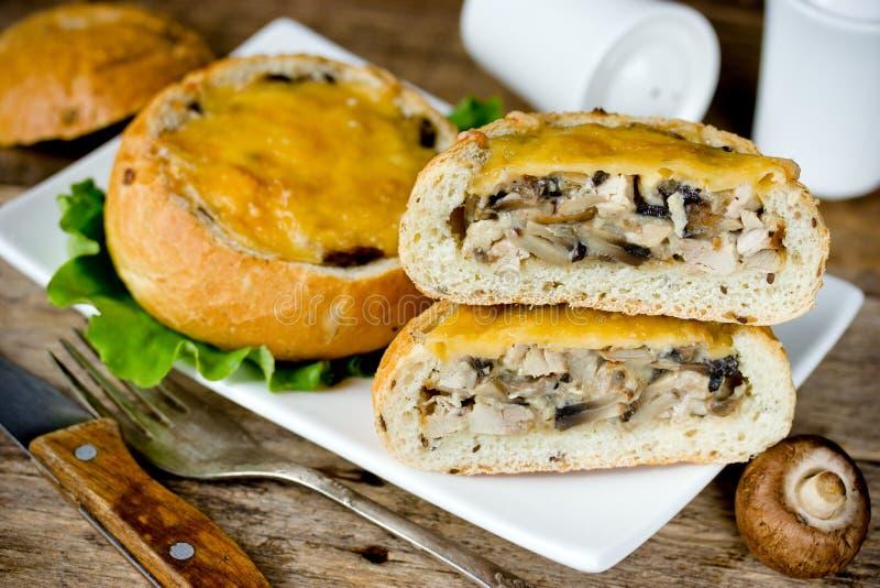 Крены обедающего заполненные с грибом, мясом цыпленка и сыром стоковое изображение