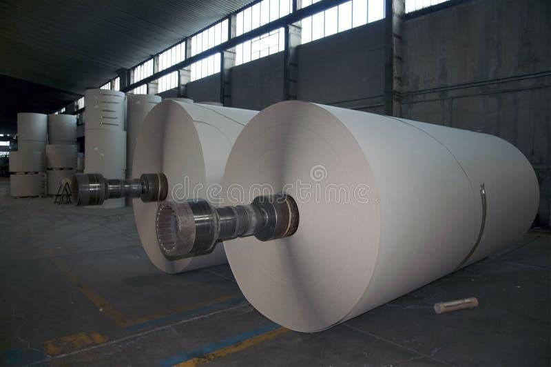 крены пульпы завода бумаги стана картона стоковые фото