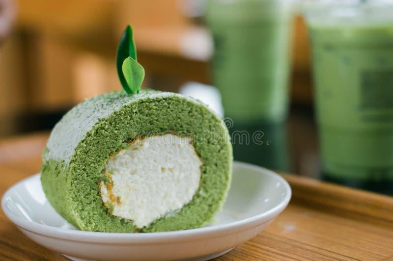 Крены торта зеленого чая на белой плите стоковое фото