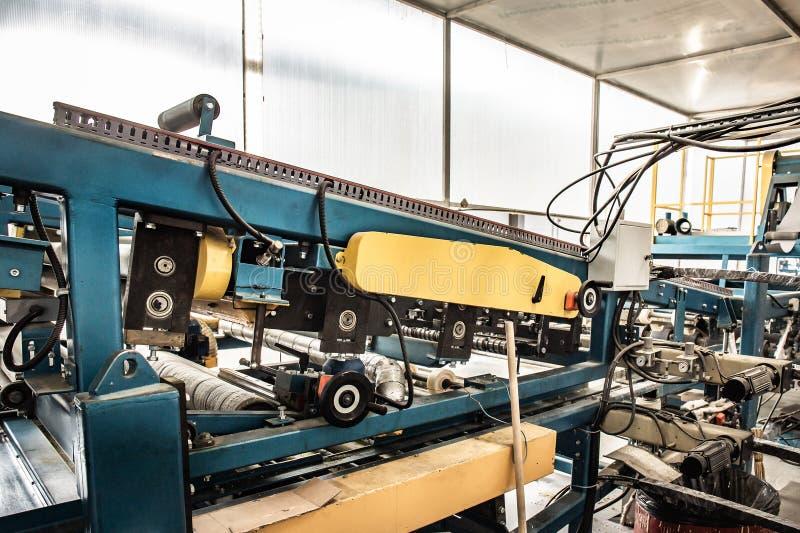 Крен гальванизированного стального листа на линии оборудовании машины, ironworks и продукции транспортера фабрики производства me стоковая фотография