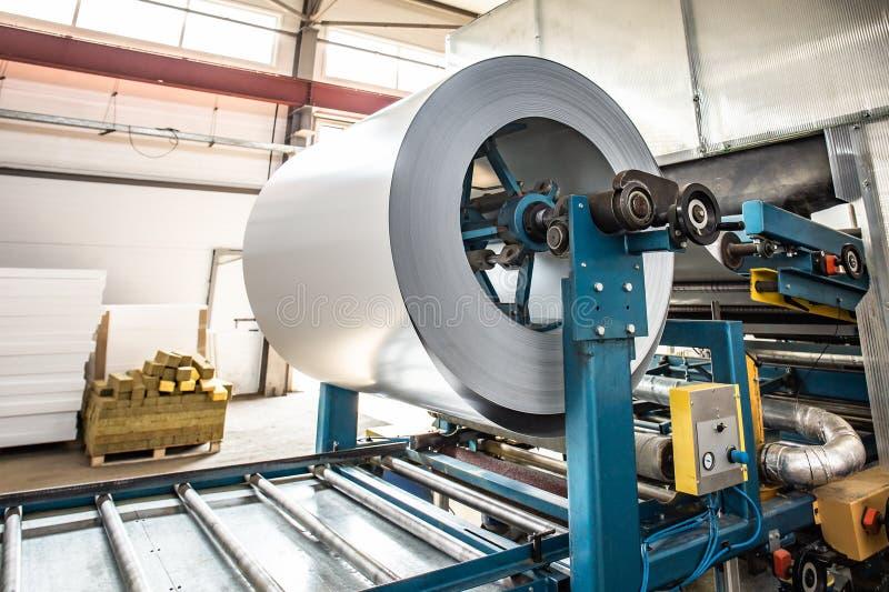 Крен гальванизированного стального листа на линии оборудовании машины, ironworks и продукции транспортера фабрики производства me стоковое фото rf