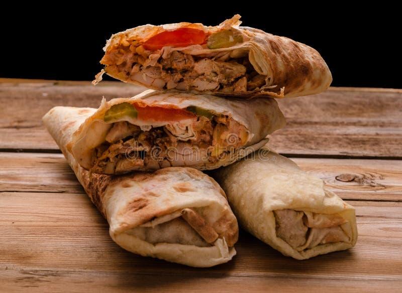 Крен гироскопа сэндвича Shawarma свежий falafel RecipeTin Eatsfilled shawarma говядины цыпленка хлеба питы lavash с зажаренным мя стоковое фото rf