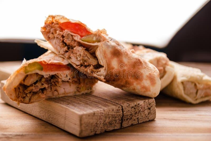 Крен говядины Shawarma гироскопов Doner Kebab в сэндвиче обруча хлеба pitta на деревянной предпосылке стоковая фотография