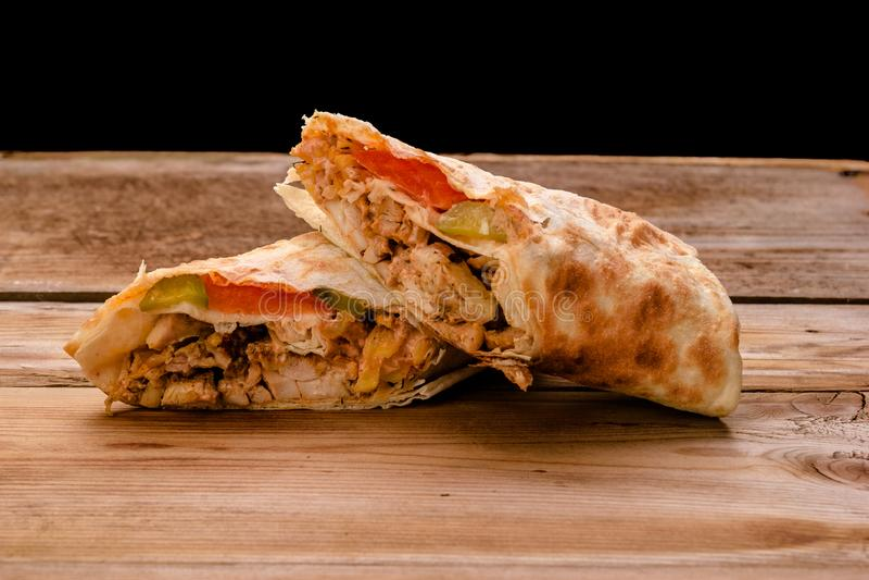 Крен говядины Shawarma гироскопов Doner Kebab в сэндвиче обруча хлеба pitta на деревянной предпосылке стоковые изображения rf