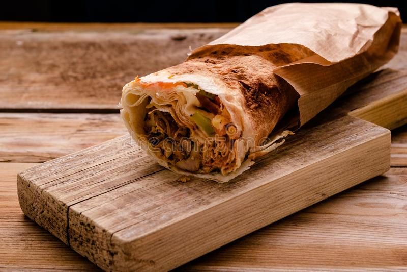 Крен говядины Shawarma гироскопов Doner Kebab в сэндвиче обруча хлеба pitta на деревянной предпосылке скопируйте космос стоковые фотографии rf