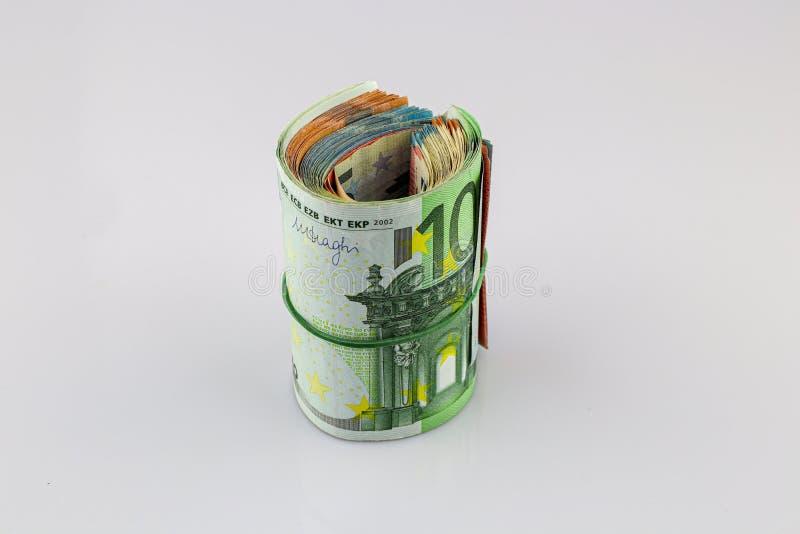 Крен 100, 50, 20 и 10 банкнот евро с круглой резинкой, изолированной предпосылкой стоковое фото