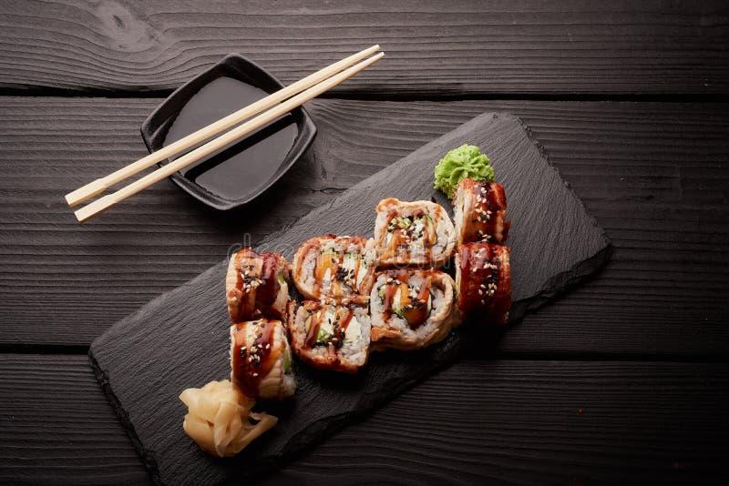 Крен Канады с угрем, который служат с соевым соусом и wasabi стоковая фотография